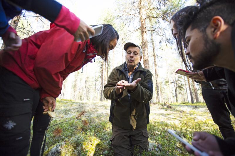 Att upptäcka den unika naturen i Jokkmokk skapar stolthet hos naturkunskapsläraren Mats Karströms elever.