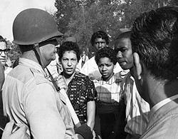 4 september 1957 hindrades Gloria Ray (i mitten) och de andra svarta studenterna tillträde till Little Rock Central High School.